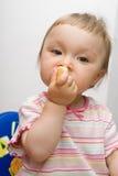 吃女孩的婴孩 免版税库存图片