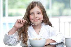 吃女孩的早餐食品 免版税库存照片