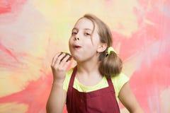 吃女孩的杯形蛋糕 库存图片