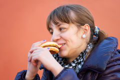 吃女孩的汉堡少年 库存图片