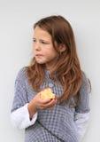 吃女孩的苹果 库存照片