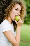 吃女孩的苹果 免版税库存照片