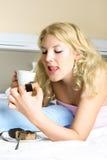 吃女孩的蛋糕愉快 免版税图库摄影