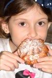 吃女孩的蛋糕 免版税库存照片