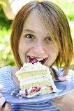 吃女孩的蛋糕 免版税图库摄影