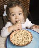 吃女孩的谷物 免版税库存照片