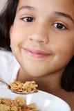 吃女孩的谷物 免版税库存图片