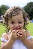 吃女孩的2个苹果婴孩 免版税库存图片