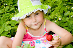 吃女孩草莓 免版税库存照片