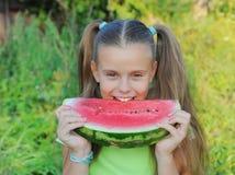 吃女孩西瓜年轻人 免版税库存照片