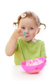 吃女孩酸奶的婴孩 免版税图库摄影