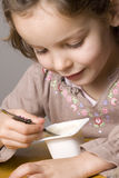 吃女孩酸奶 免版税图库摄影