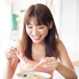 吃女孩面条的汉语 免版税库存照片