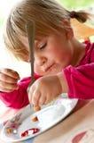 吃女孩年轻人的正餐 免版税图库摄影