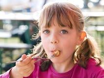 吃女孩 免版税库存图片