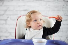 吃女婴 免版税库存照片