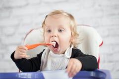 吃女婴 库存图片
