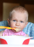 吃女婴 免版税库存图片