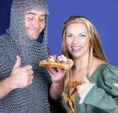 吃奶蛋烘饼用冰淇凌的骑士和王子 库存照片