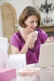 吃她的午餐妇女的服务台 免版税库存图片