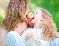 吃她的母亲年轻人的女儿 库存照片