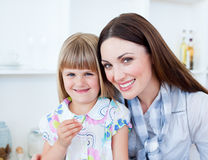 吃她的母亲蔬菜的有同情心的女儿 免版税库存图片