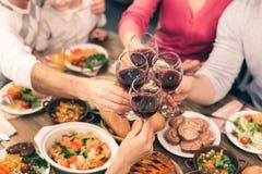 吃好的家庭鲜美晚餐 免版税库存图片
