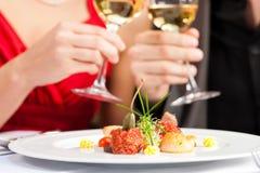 吃好餐馆的夫妇正餐非常 免版税库存照片