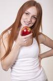 吃妇女年轻人的苹果 库存照片