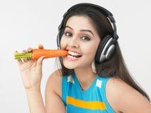 吃妇女的亚洲红萝卜 免版税库存图片