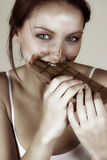 吃妇女的巧克力 免版税库存图片