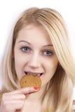吃妇女的曲奇饼新 免版税库存图片