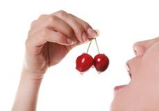 吃妇女的樱桃 库存照片