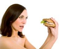 吃妇女的汉堡 免版税库存照片