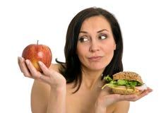吃妇女的汉堡 免版税图库摄影
