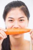 吃妇女的红萝卜 免版税库存照片