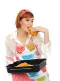 吃妇女的美丽的烹调新月形面包 库存图片