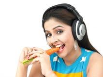 吃妇女的美丽的红萝卜 免版税库存照片