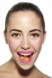 吃妇女的美好的糖果颜色 免版税库存图片