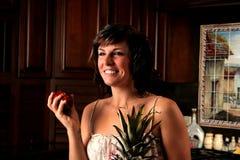 吃妇女的苹果 免版税库存图片