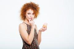 吃妇女的蛋糕 免版税库存图片