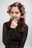 吃妇女的黄瓜 免版税图库摄影