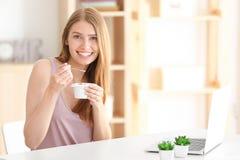 吃妇女酸奶年轻人 免版税库存照片