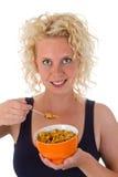 吃妇女年轻人的玉米片 免版税库存图片