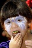 吃孩子草莓 免版税图库摄影
