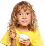 吃孩子酸奶 免版税库存照片