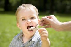 吃孩子酸奶 库存图片