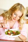 吃家庭俏丽的沙拉蔬菜妇女 库存照片