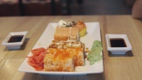 吃寿司卷的朋友在日本餐馆,寿司店 正餐 影视素材