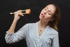 吃寿司的女孩 免版税图库摄影